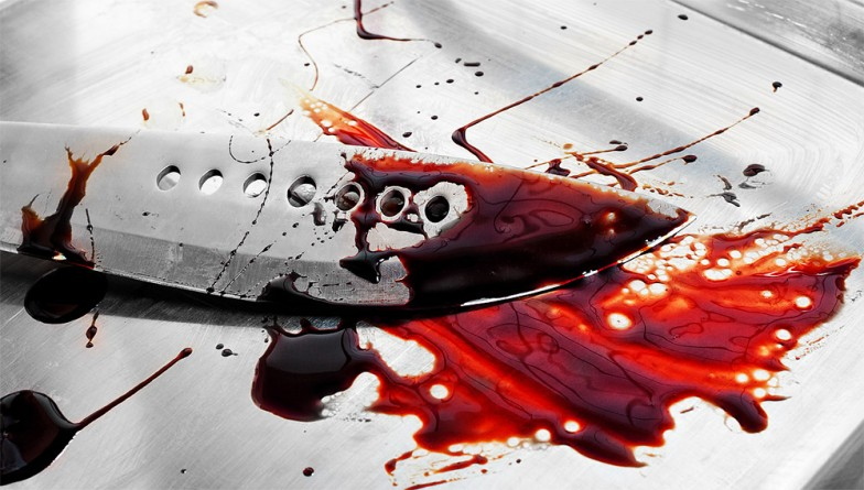 Messer beim Splatter Shooting in Blut eingesaut