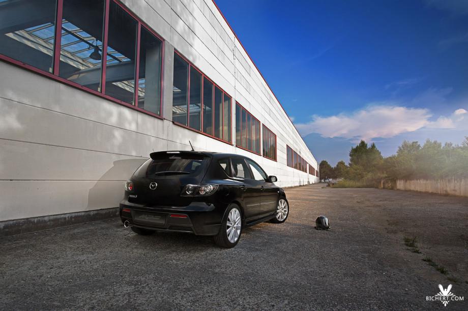 Mazda MPS neben einer Lagerhalle fotografiert