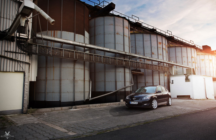 Mazda 3 MPS Shooting vor Getreidesilos