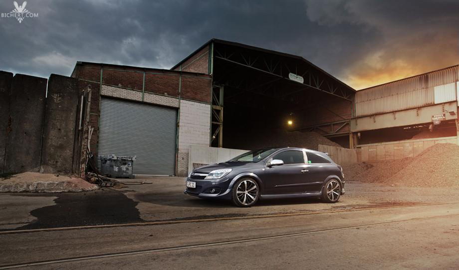 Auf einem Industriegelände Opel Astra GTC