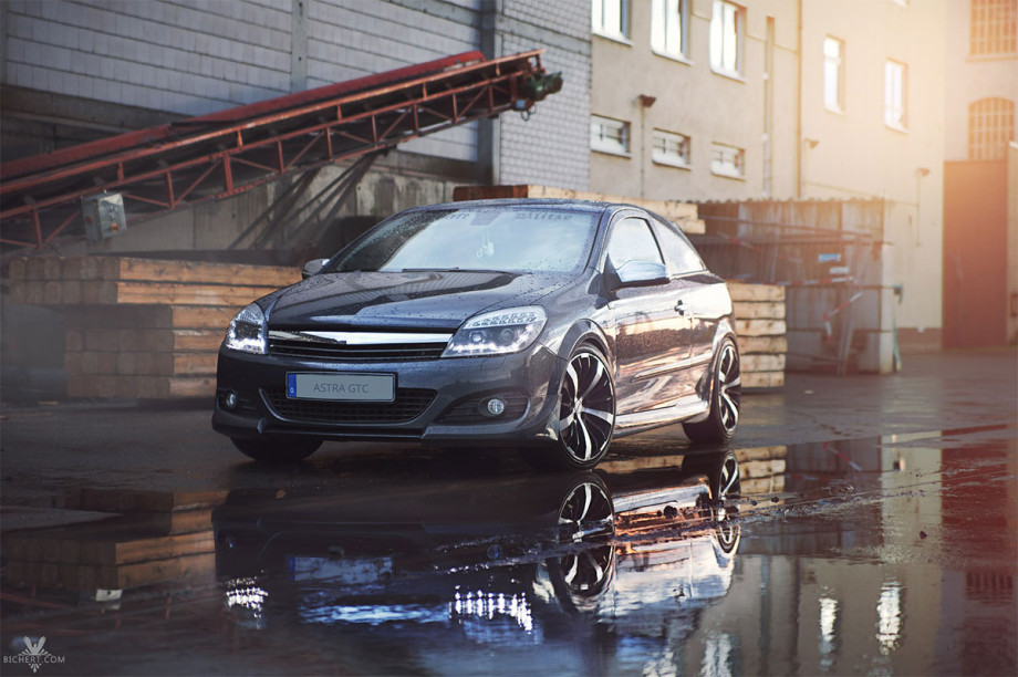 Opel Astra nach dem Regen im Sonnenuntergang