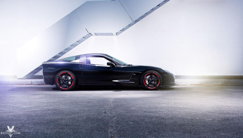 Von der Seite wirkt die Corvette sehr sportlich, große Reifen, sowie Bremsscheiben  zeugen von der brachialen Leistung.