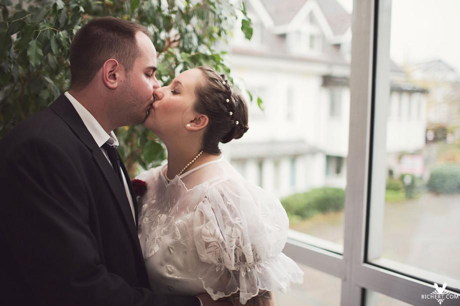Im Standesamt Mühltal küsst sich das Paar am Fenster