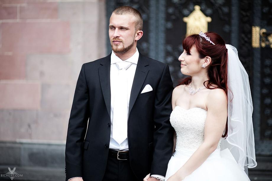 Hochzeitsportrait am Standesamt Römer. Die Braut schaut ihren Ehemann verliebt an.
