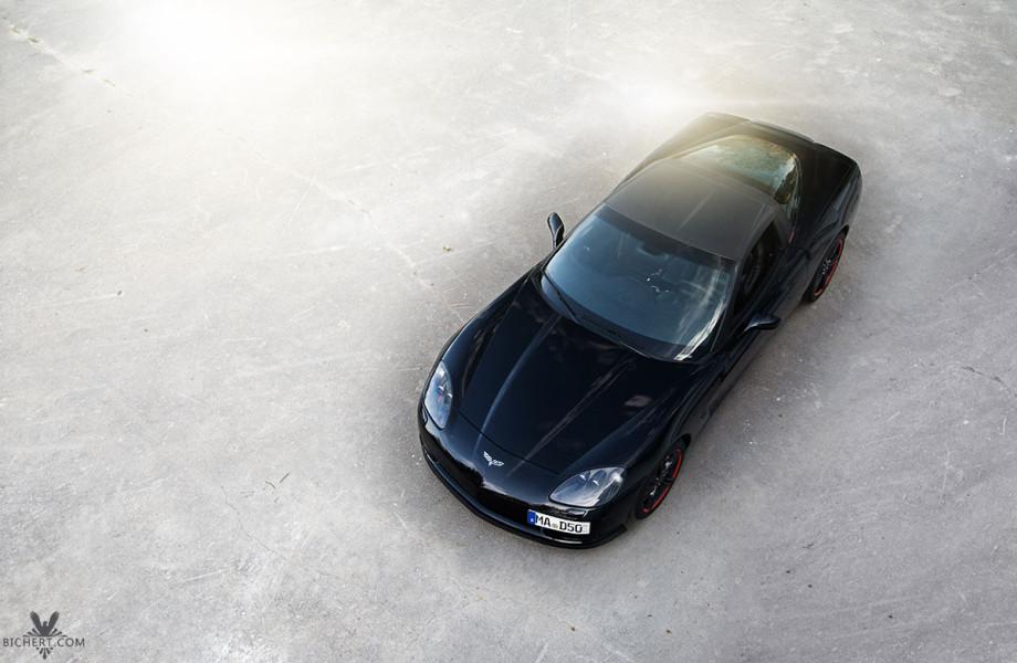 schwarzer Sportwagen von oben fotografiert