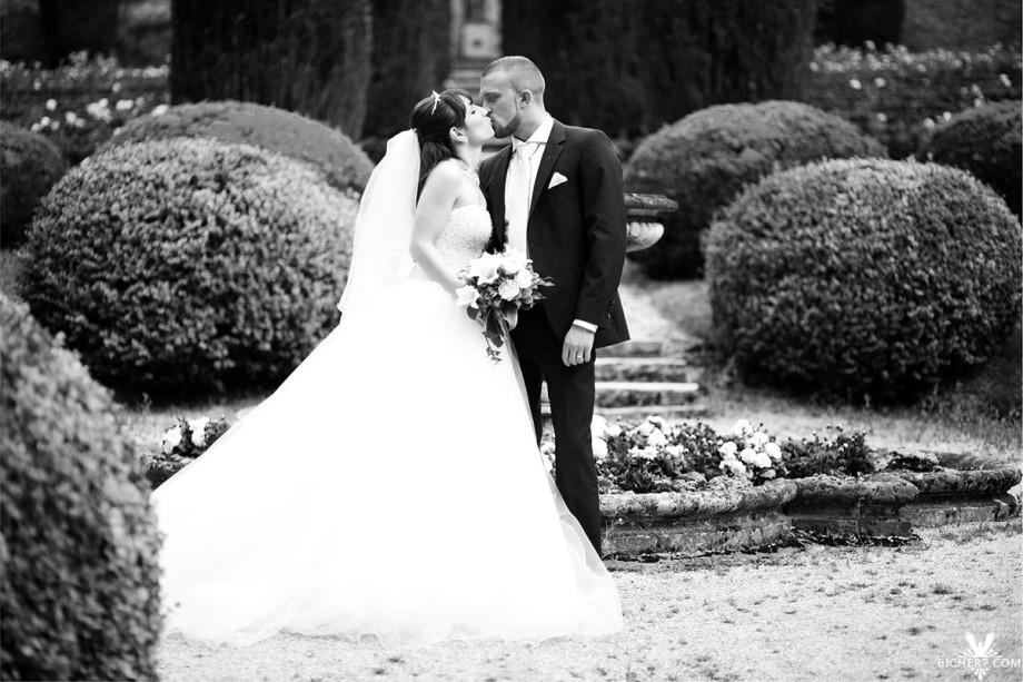 Braut küsst ihren Bräutigam im Rosengarten am Schlosshotel Taunus