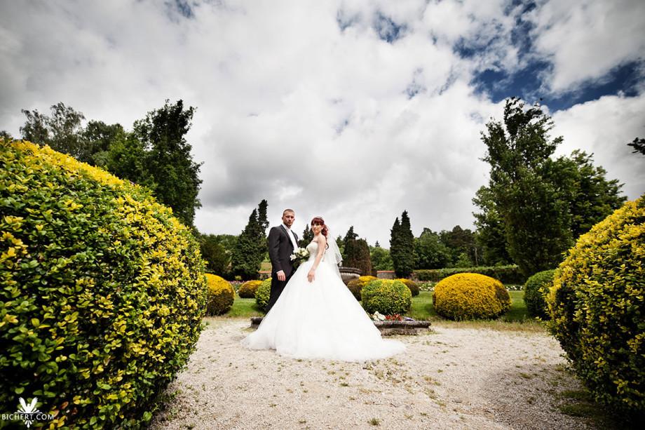 Hochzeitsfotografie im Taunus . Frisch vermähltes Ehepaar steht  genießt einen Spaziergang im Park.
