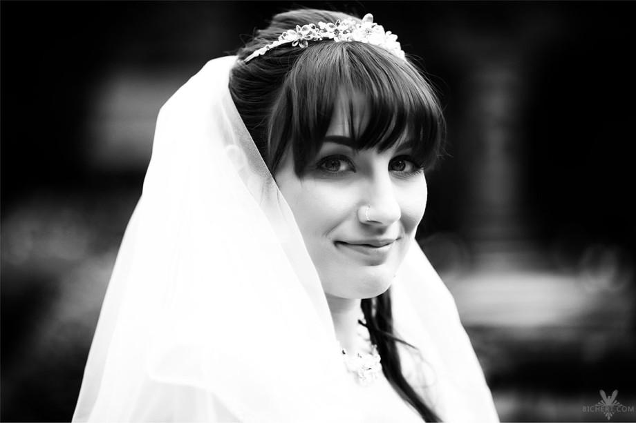 Schwarz Weiss Portrait der Braut im Park am Schlosshotel Taunus