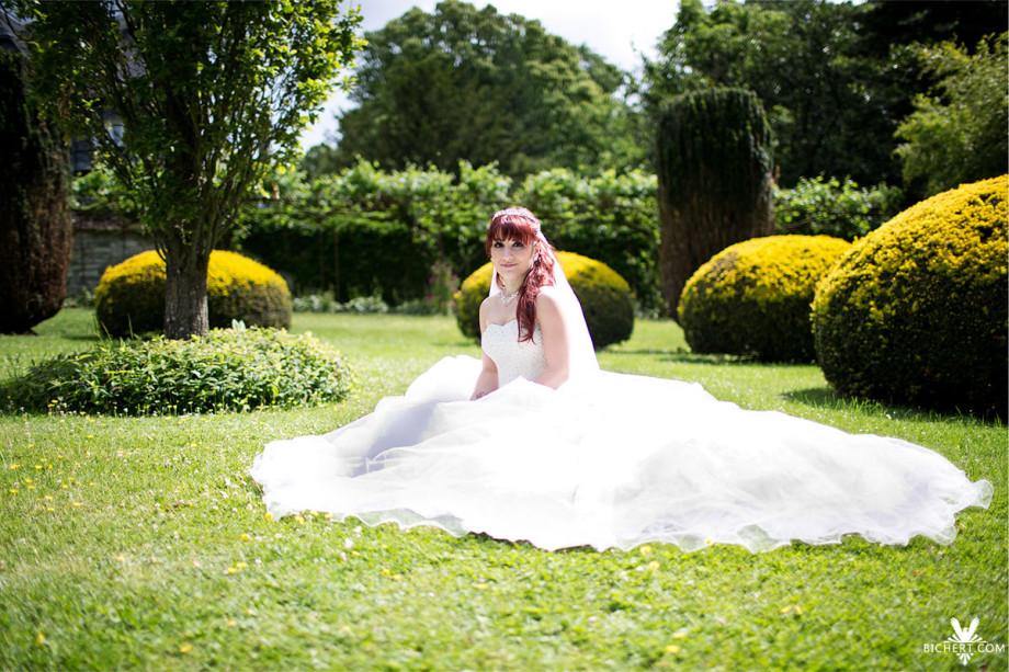 Portrait der Braut auf der Wiese im Park Taunus