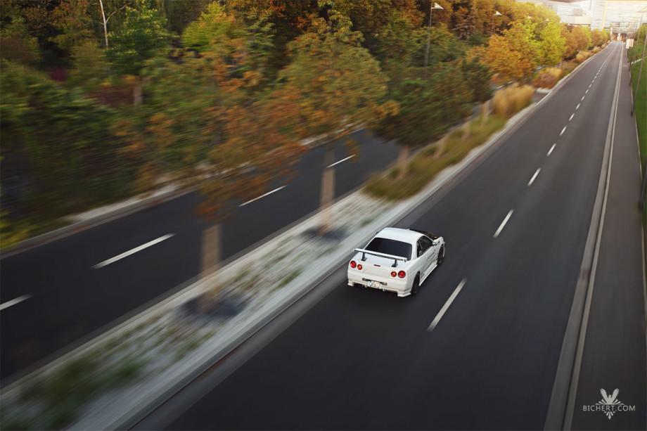 Fahrtaufnahmen vom Nissan Skyline aus einer erhöhten Position