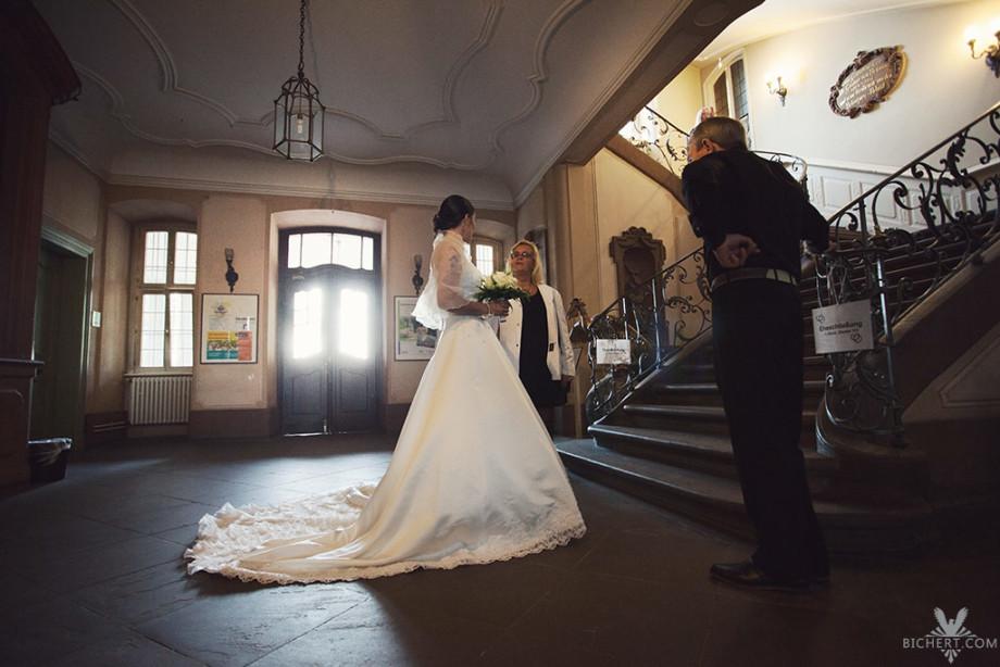 Braut am Treppenhaus Standesamt Hoechst
