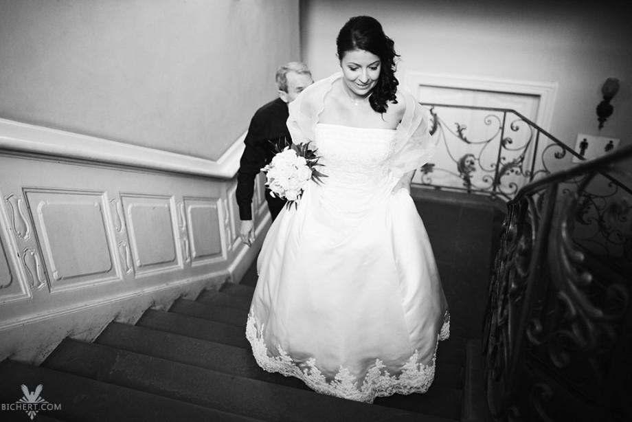 Braut steigt im Standesamt die Treppe hinauf um zeitig zur Trauung zu erscheinen