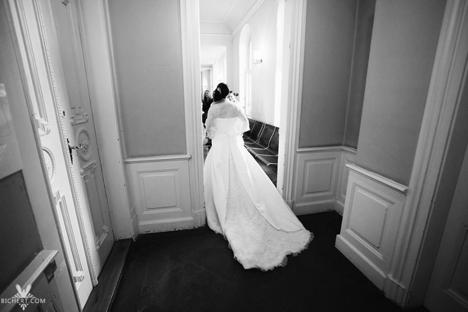 Braut im Wartebereich des Standesamts  Bolongaro Palast