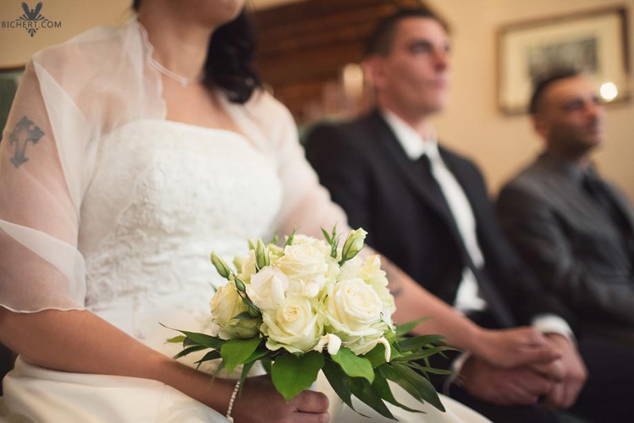 Brautstrauss in der Hand der Braut, waehrend der Trauung im Standesamt