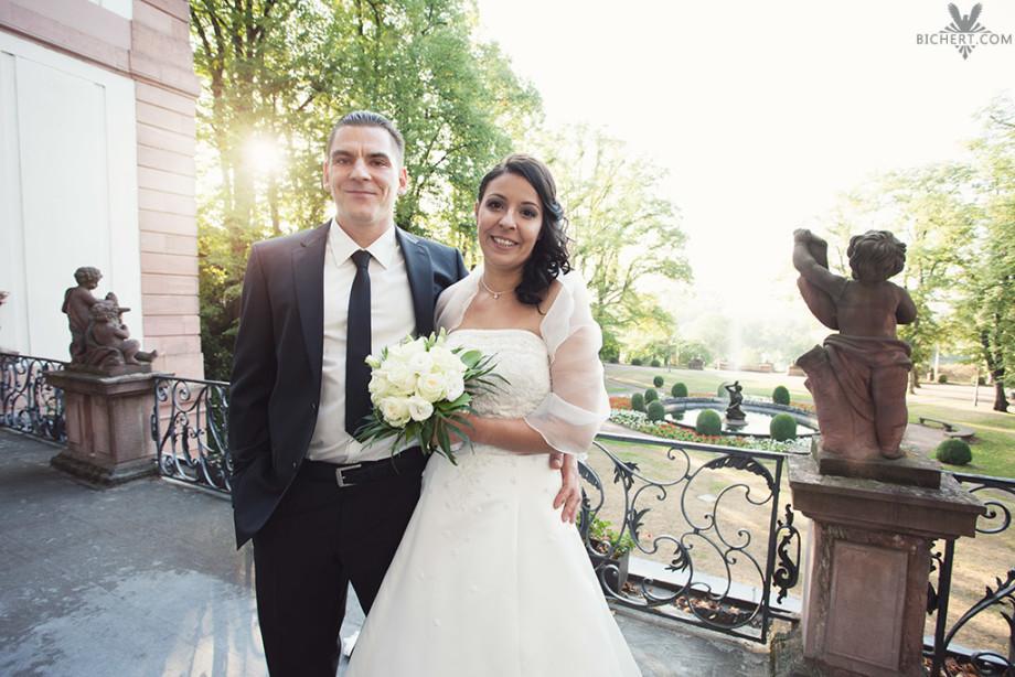 Hochzeitspaar auf der Terrasse des Standesamts