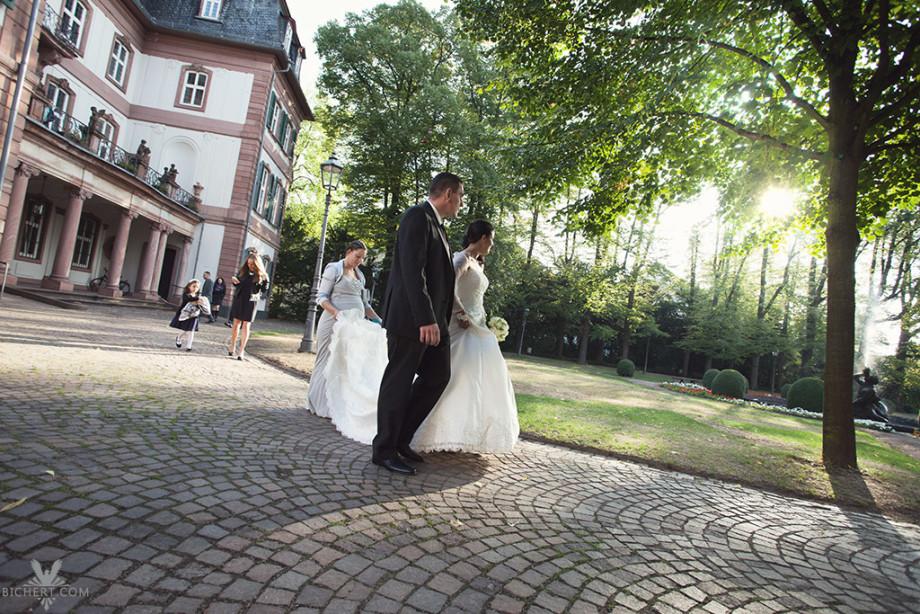 Mit dem Brautpaar im Park vor dem Standesamt Höchst Fotos machen