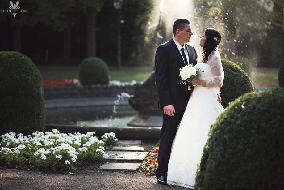 Hochzeitsfotografie mit Brautpaar vor dem Brunnen im Park des Standesamtes in Frankfurt Höchst
