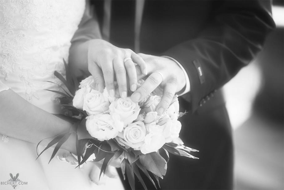 Fotos von Details, wie den Händen, Ringen, Brautstrauss auf einer Hochzeit in Frankfurt am Main