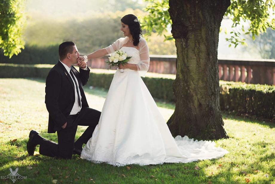 Handkuss Bild vom Brautigam, der die Hand seiner Braut kuesst.