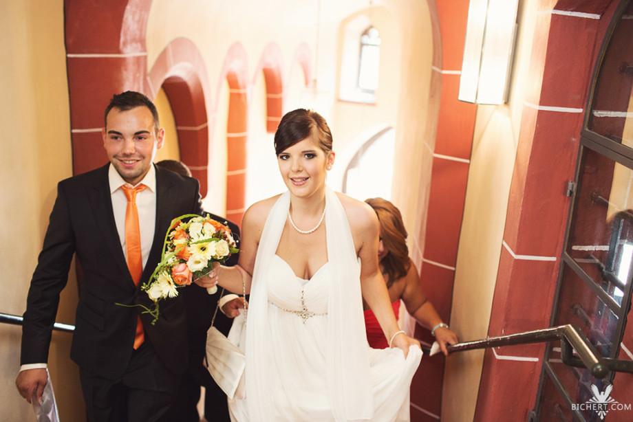 Brautpaar auf dem Weg zur standesamtlichen Trauung im Römer