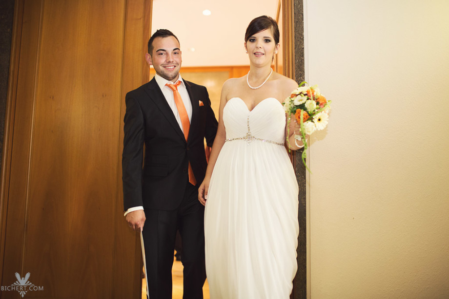 Nach der Trauung im Standesamt verlässt das Brautpaar den Trausaal