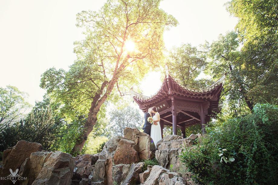 Hochzeitsfotos im Bethmann Park Frankfurt, auch chinesischer Garten genannt.