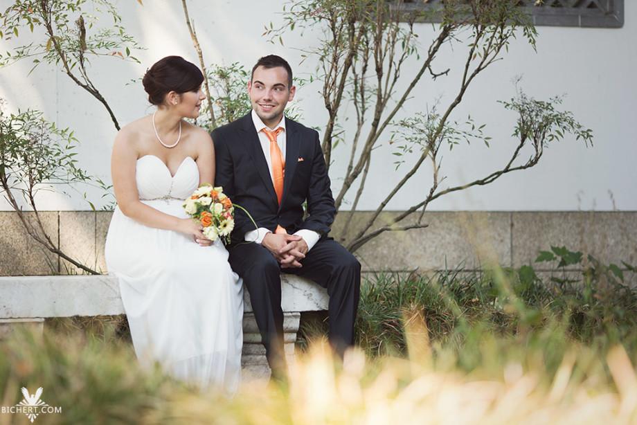 Das Brautpaar macht eine kurze Pause auf der Parkbank