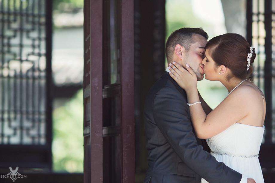Hochzeitsfotografien im Bethmann Park Frankfurt - Das Brautpaar küsst sich im chinesischen Pavillon