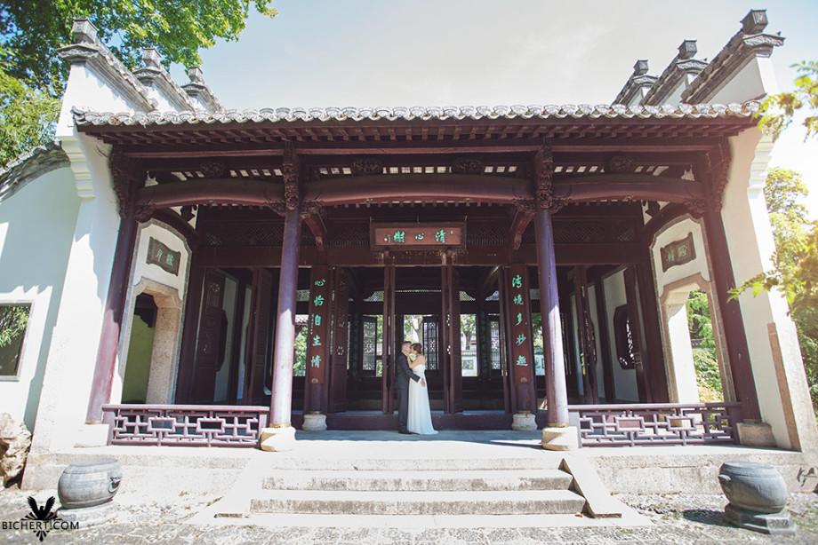 Das Brautpaar küsst sich im Pavillon des chinesischen Gartens bzw. Bethmann Parks