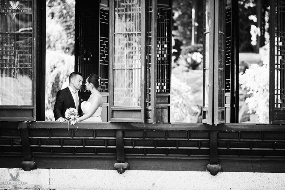 Große Fenster, geöffnet, zu sehen ist ein Hochzeitspaar