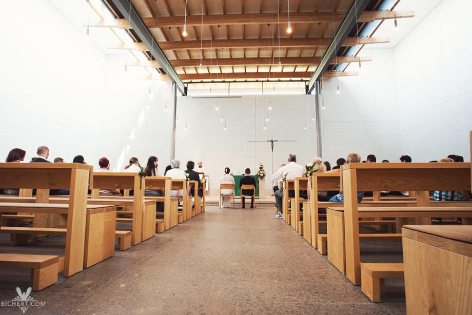 Helle und moderne Kirche in Neu Anspach