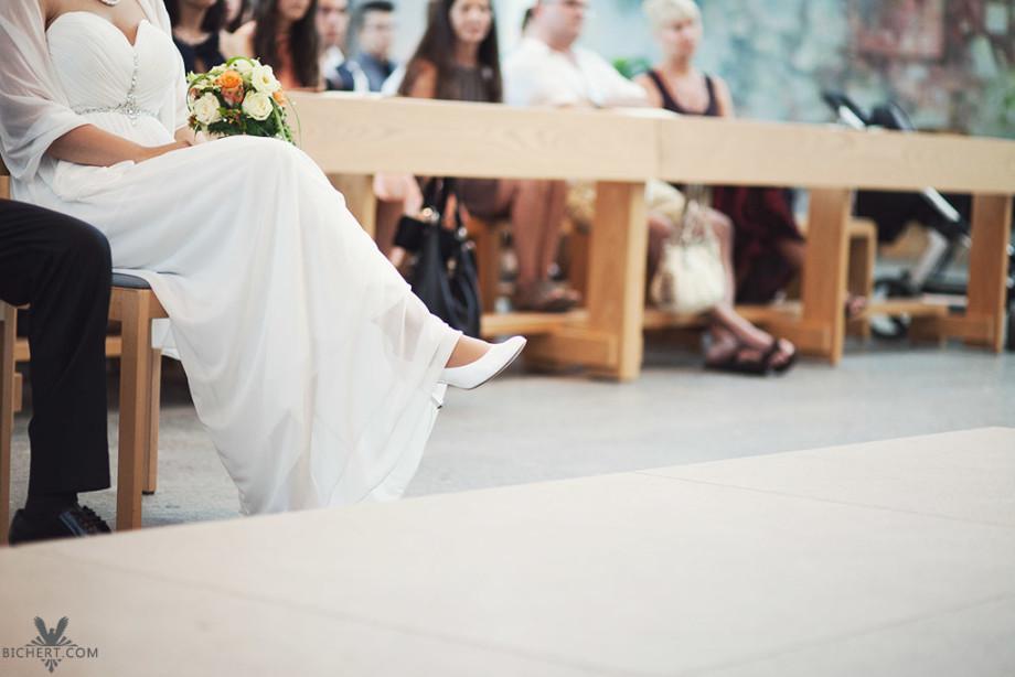 Schuhe der Braut, die die Beine übereinandergeschlagen hat